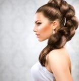 lång kvinna för härligt brunt hår Arkivfoto