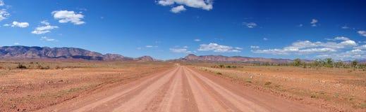 lång outbackväg Arkivbild