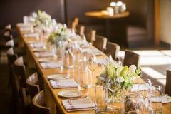 Lång tabell på en restaurang Royaltyfria Bilder