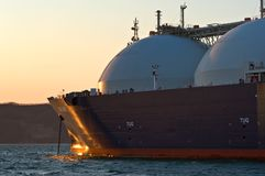 LNG-tanker Grote Aniva bij zonsondergang op de wegen van de haven van Nakhodka Het Verre Oosten van Rusland Van het oosten (Japan Stock Foto's