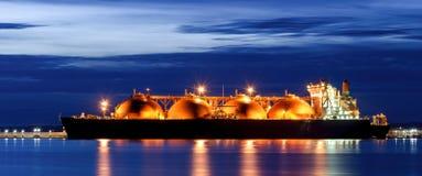 LNG tankowiec PRZY BENZYNOWYM TERMINAL zdjęcie royalty free