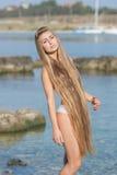 Långhårig flicka på stranden Arkivfoton
