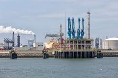 LNGomlastningterminal i hamnen Rotterdam, störst hamnstad av Europa royaltyfri fotografi