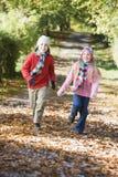 längs running barn för höstpojkebana Arkivbilder