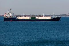 Lngschiff im Meer Lizenzfreie Stockfotos
