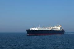 LNGtanker in doorgang bij volle zee door de zon wordt aangestoken die Stock Foto's