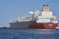 LNGtankfartyg Al Gharrafa på LNGterminalen i ÅšwinoujÅ› cie Royaltyfri Bild