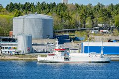 LNGtankfartyg framme av en terminal för gaslagring Royaltyfria Foton