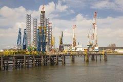 LNGterminal på vattnet i hamnen stora skepp tankar här arkivfoton