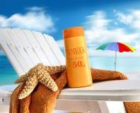 Loção do Suntan na cadeira na praia Imagens de Stock Royalty Free