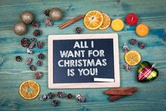 Lo único que quiero para la Navidad es usted Fondo del día de fiesta Ornamentos y decoración en una tabla de madera Imagen de archivo libre de regalías