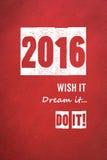2016, lo desea, lo sueña, lo hace redacta en fondo de papel rojo Imagen de archivo libre de regalías