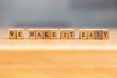 Lo hacemos fácil palabra escrita en el bloque de madera Fotografía de archivo libre de regalías