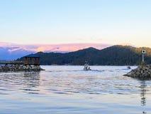 A lo largo de costa de la sol el agua es tranquila y tranquila , Pasto de los barcos imagen de archivo