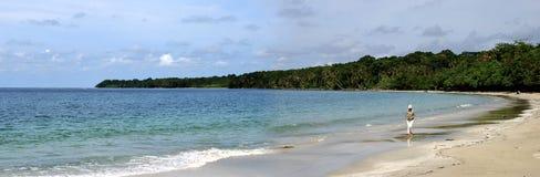 A lo largo de la playa de Rican de la costa Foto de archivo libre de regalías