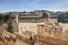 A lo largo de las paredes de Jerusalén da un paseo al peregrino de la mujer Imágenes de archivo libres de regalías
