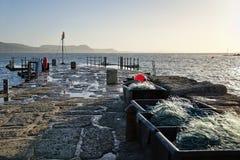 A lo largo del Cobb ~ Lyme Regis fotos de archivo