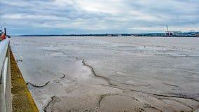 A lo largo del Mersey fangoso Fotos de archivo