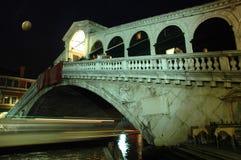 A lo largo del puente de Rialto, Venecia en la noche Foto de archivo
