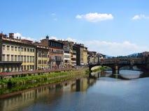 A lo largo del río de Arno Imagen de archivo libre de regalías