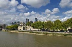 A lo largo del Thames Imágenes de archivo libres de regalías