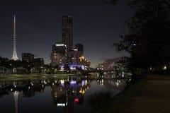 A lo largo del Yarra en la noche imagenes de archivo