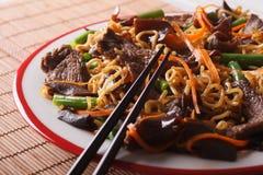 Lo mein中国面条用牛肉和muer特写镜头 水平 图库摄影