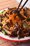 Lo mein面条用牛肉和黑真菌宏指令在板材 ver 免版税库存图片