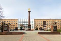 Lo monumento-stele - Dmitrov - città di gloria militare La Russia immagini stock