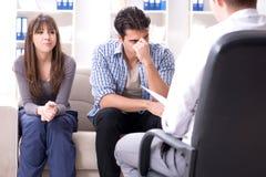 Lo psicologo di visita della famiglia per il problema della famiglia Immagine Stock