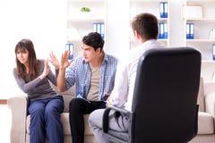Lo psicologo di visita della famiglia per il problema della famiglia Fotografie Stock Libere da Diritti