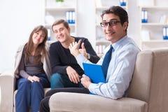 Lo psicologo di visita della famiglia per il problema della famiglia Fotografia Stock