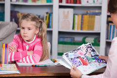 Lo psicologo infantile discute disegnare una bambina Fotografia Stock Libera da Diritti