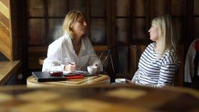 Lo psicoterapeuta dà l'aiuto psicologico in caffè video d archivio