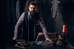 Lo quiero Chaqueta de costura del sastre barbudo del hombre Código de vestimenta del negocio handmade tienda del traje y sala de  fotos de archivo libres de regalías