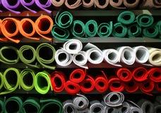 lo scaffale con feltro colorato rotola per la vendita nel grande deposito del tessuto immagine stock