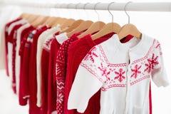 Lo scaffale dei vestiti con il Natale rosso tricotta l'usura Fotografie Stock Libere da Diritti