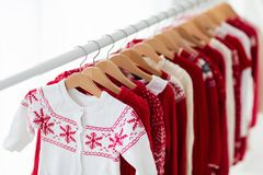 Lo scaffale dei vestiti con il Natale rosso tricotta l'usura Fotografie Stock