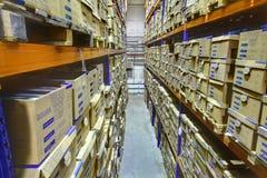 Lo scaffale tormenta con le scatole nel magazzino di stoccaggio, lo spazio interno. Fotografie Stock Libere da Diritti