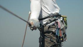 Lo scalatore assicura il suo partner quando scala alla cima archivi video
