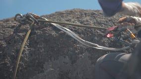 Lo scalatore assicura il suo partner quando scala alla cima video d archivio