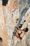 Lo scalatore che prova a tenere la tenuta nell'ultimo sforzo per evitare profondo cade Immagine Stock Libera da Diritti