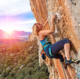Lo scalatore che prova a tenere la tenuta nell'ultimo sforzo per evitare profondo cade Fotografie Stock Libere da Diritti