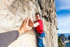 Lo scalatore dà cinque Fotografia Stock Libera da Diritti