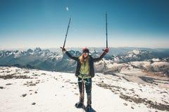 Lo scalatore della donna ha raggiunto la sommità della montagna di Elbrus Fotografie Stock Libere da Diritti