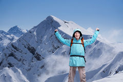 Lo scalatore di montagna maschio felice con le armi si è alzato sopra la testa nei precedenti le alte montagne Fotografie Stock