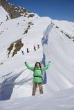 Lo scalatore di montagna maschio felice con le armi si è alzato sopra la testa nei precedenti le alte montagne Immagini Stock