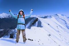 Lo scalatore di montagna maschio felice con le armi si è alzato sopra la testa nei precedenti le alte montagne Immagini Stock Libere da Diritti