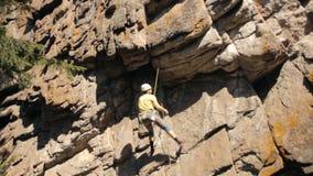 Lo scalatore fa l'ascesa video d archivio