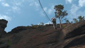Lo scalatore fa l'ascesa archivi video